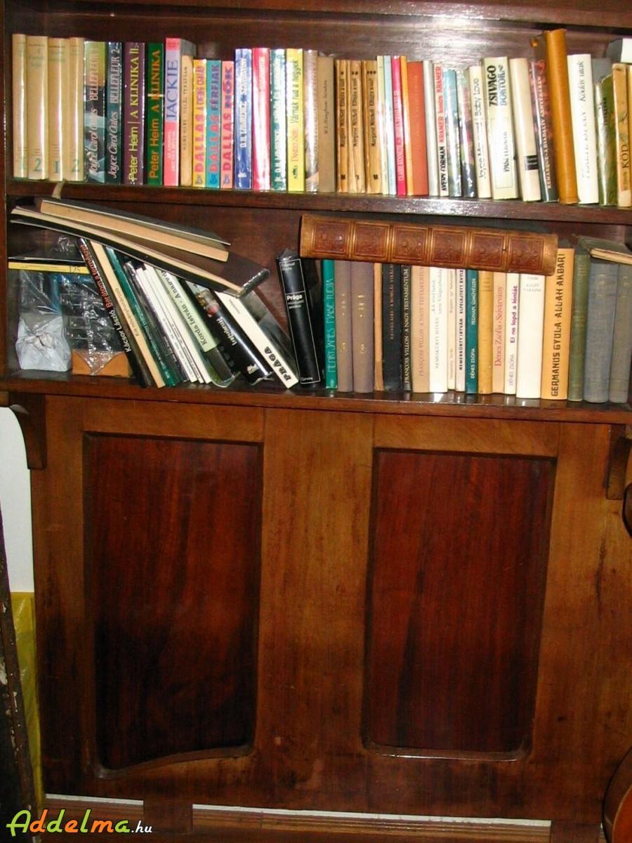 Politúros könyvpolc