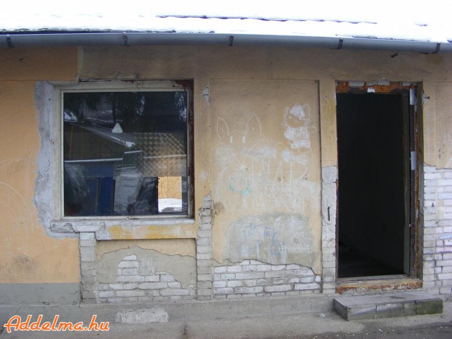 Posztógyár u eladó egy teljes-körűen, felújítandó lakás.