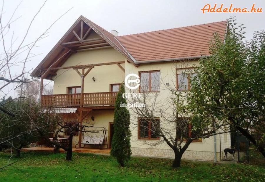 Eladó Felsőgöd gyöngyszeme ez a dupla komfortos családi ház.