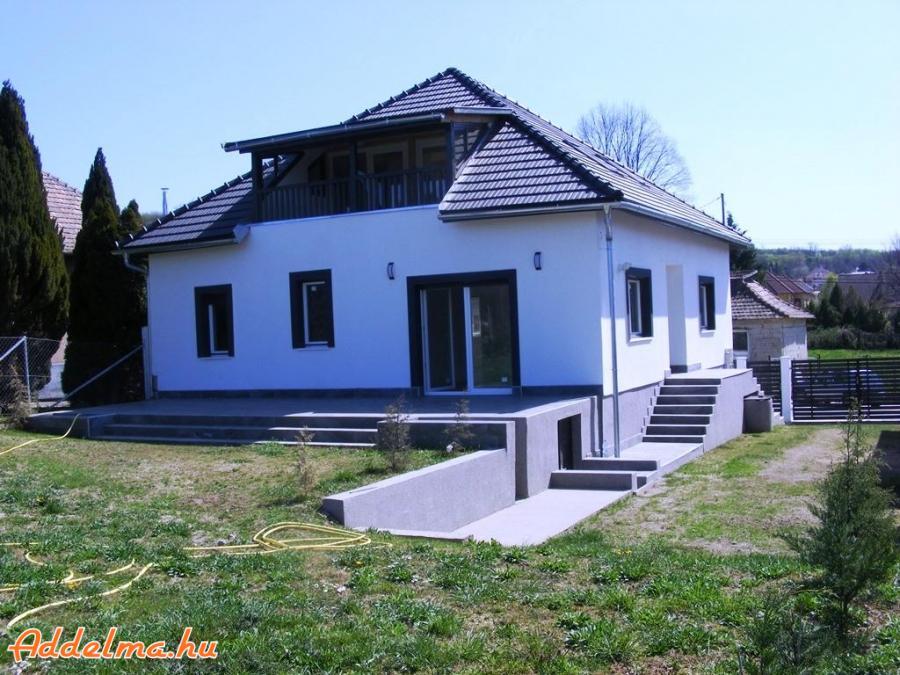 100%-ban felújított családi ház 377 e Ft./m2 áron eladó!