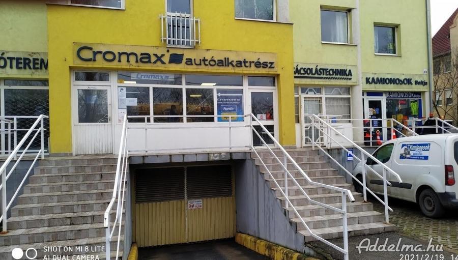 Debrecenben főútvonal mellett üzlethelyiség eladó