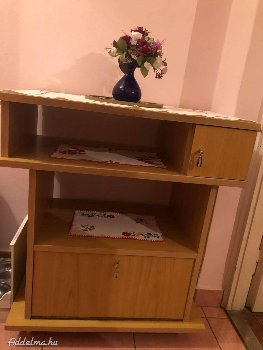 Görgős kis szekrény