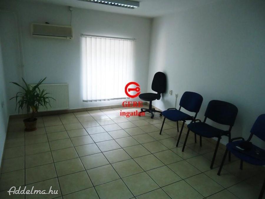 Kiadó 21 m2-es irodahelyiség Vác központjától 5 percre.