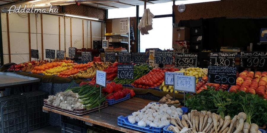 Kispesti Kossuth téri piacon zöldséges áruda eladó